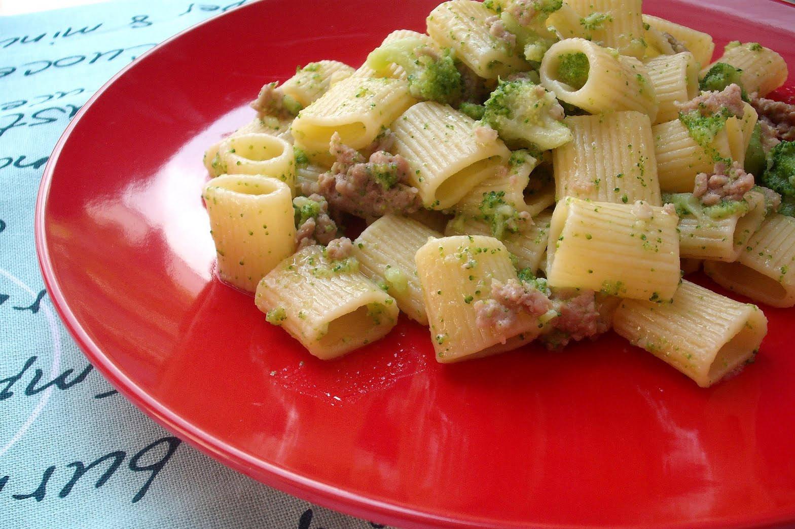 Le mezze maniche con broccoli, salsiccia e pecorino