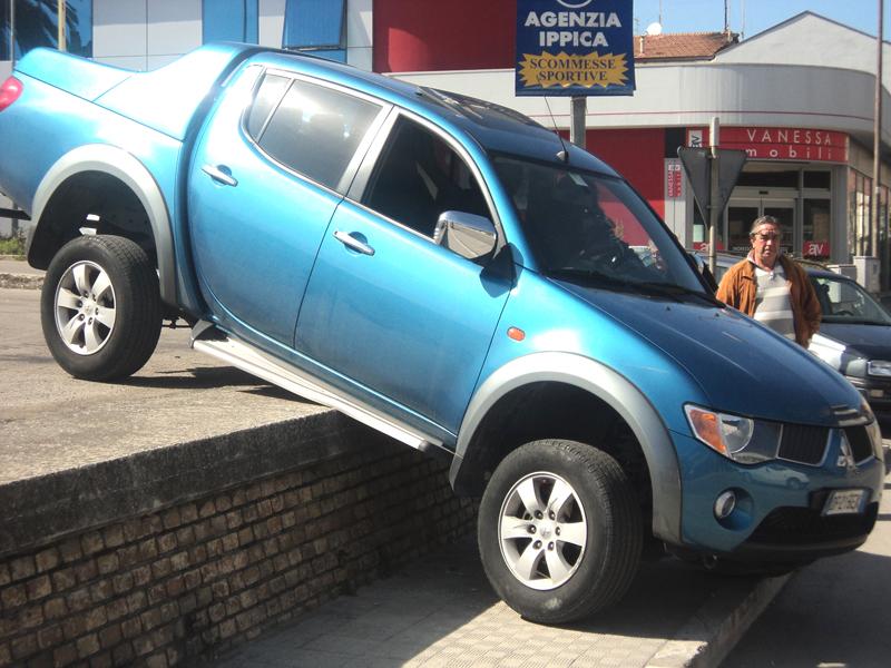 Un primo piano dell'auto che ha rischiato di finire sulla statale