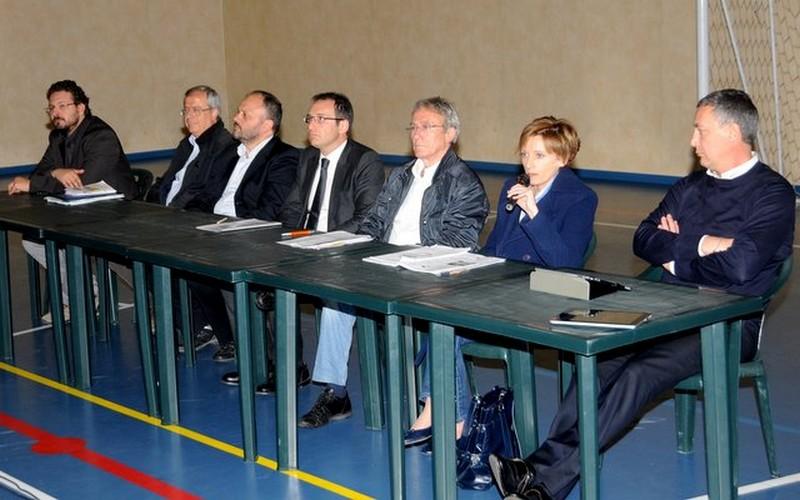 Il dibattito di venerdì sera fra i candidati sindaco presso la palestra dell'Agraria: da sinistra, Primavera, Narcisi, Gaspari, Gabrielli, Franceschini, Ferritto, Calvaresi