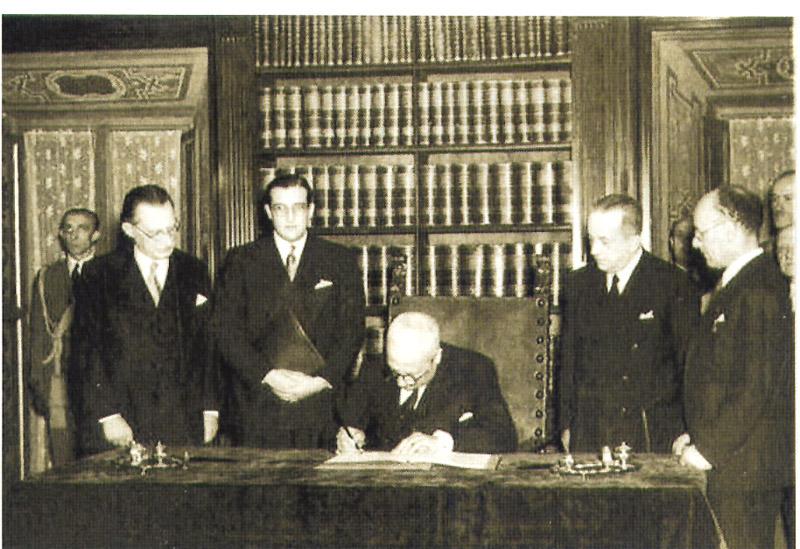 Il momento in cui il presidente della Repubblica italiana Enrico De Nicola  firmò la Costituzione