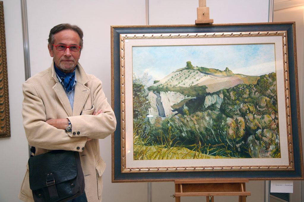 Edoardo Spina con una sua opera