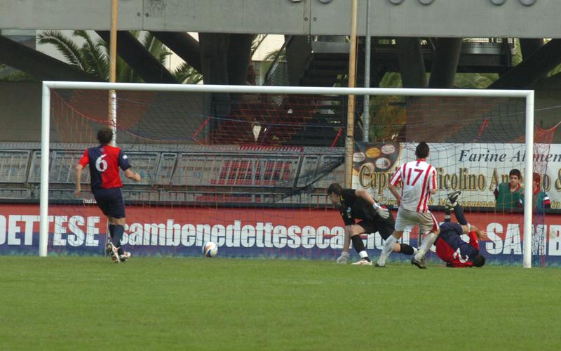 Gambino supera Zenga e raddoppia per il Teramo, 1-2 (ph. Troiani)