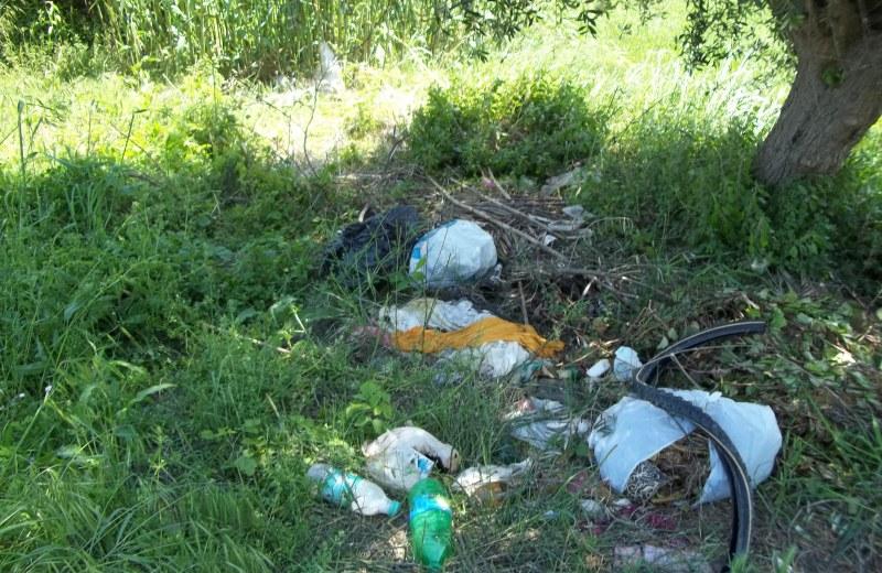 Cumuli di rifiuti nella zona del Bocciodromo
