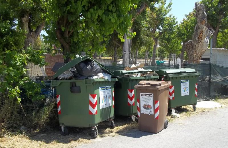 Bidoni stracolmi di rifiuti e maleodoranti da giorni in Via Legnano