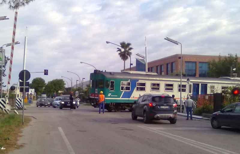 Via Pasubio, il passaggio della littorina agevolato dagli uomini di Rfi dopo che la sbarra del passaggio a livello è stata divelta da un'auto in transito