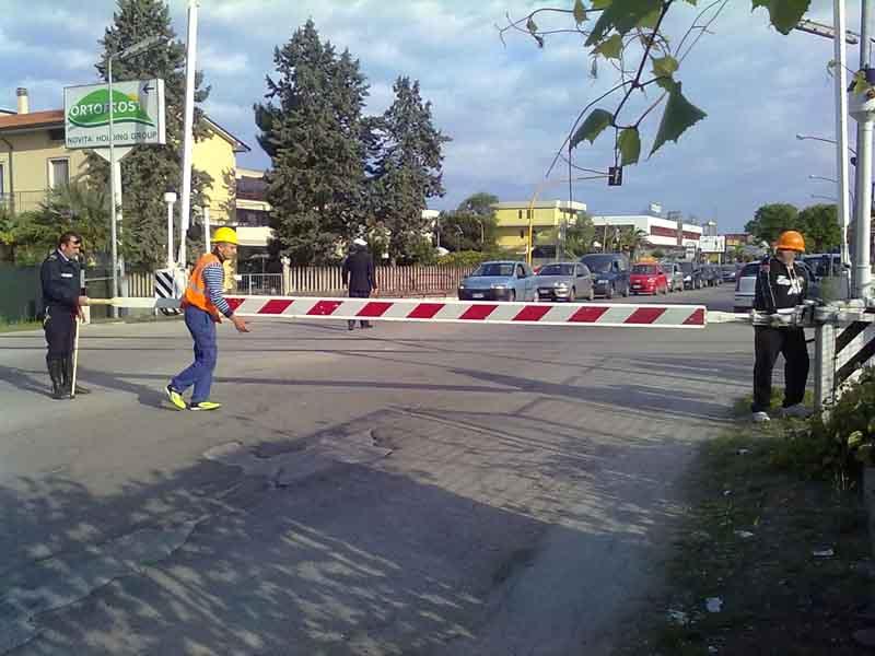Via Pasubio: operai di Rfi riparano la sbarra del passaggio a livello divelta da una automobile in transito (foto d'archivio)