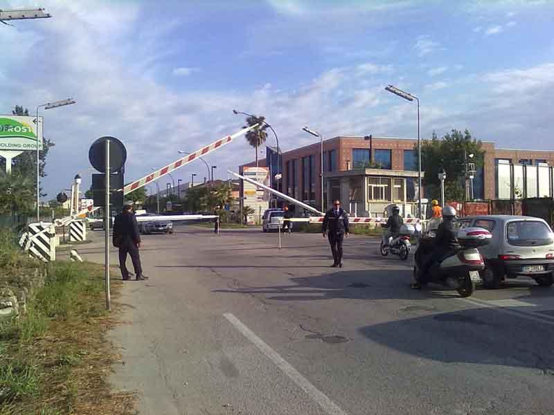 Dopo la riparazione della sbarra, la Polizia Municipale assiste al suo rifunzionamento