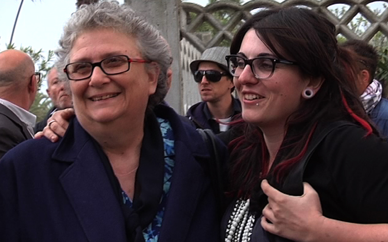 Agnese Moro insieme a Roberta Peci nella intitolazione della via a suo padre