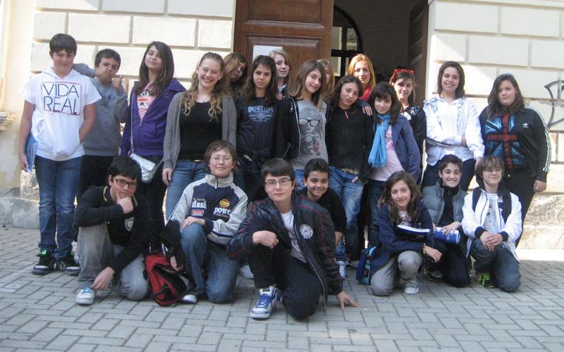 Antonella Roncarolo con gli studenti del Piccolo Reporter della Sacconi-Manzoni