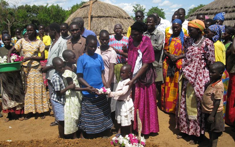 Atanga, i sei orfani con la mamma durante il funerale