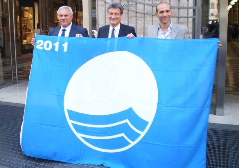 Il sindaco D'Annibali per Cupra, il sindaco Merli per Grottammare, l'assessore Canducci di San Benedetto: Bandiera blu per tutti