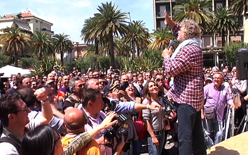 Beppe Grillo e la folla in piazza Giorgini, 11 maggio 2011