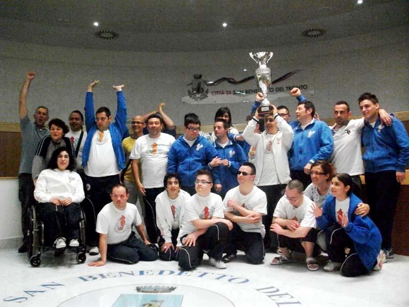 Gli atleti e il team tecnico dell'associazione sportiva Cavalluccio Marino