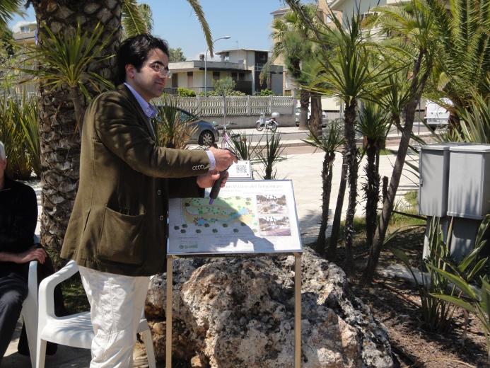 L'ingegner Mario Savini durante l'ascolto della guida multimediale