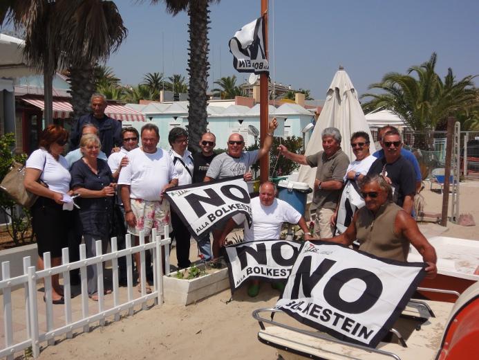 Al centro il presidente dell'Itb Giuseppe Ricci con alcuni operatori balneari