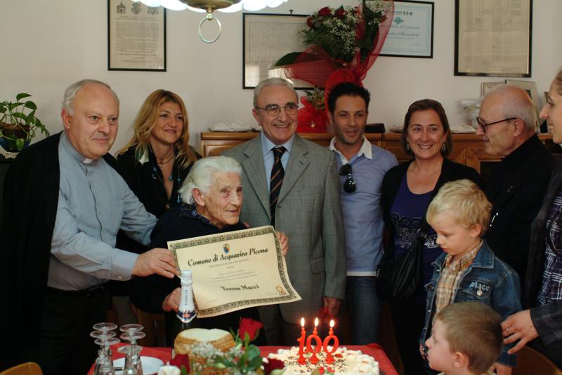 un momento dei festeggiamenti per il centesimo compleanno di Teresa/Sinetta