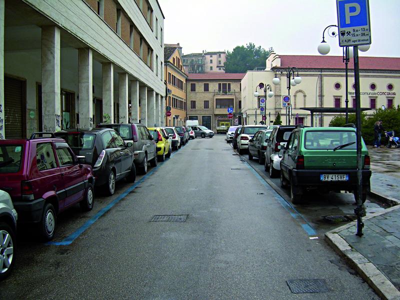 Vie del centro di San Benedetto e parcheggi inseriti dentro i margini della carreggiata