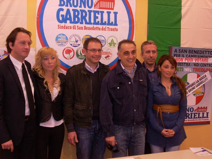 Bruno Gabrielli con i componenti della lista esclusa La Destra-Noi Centro