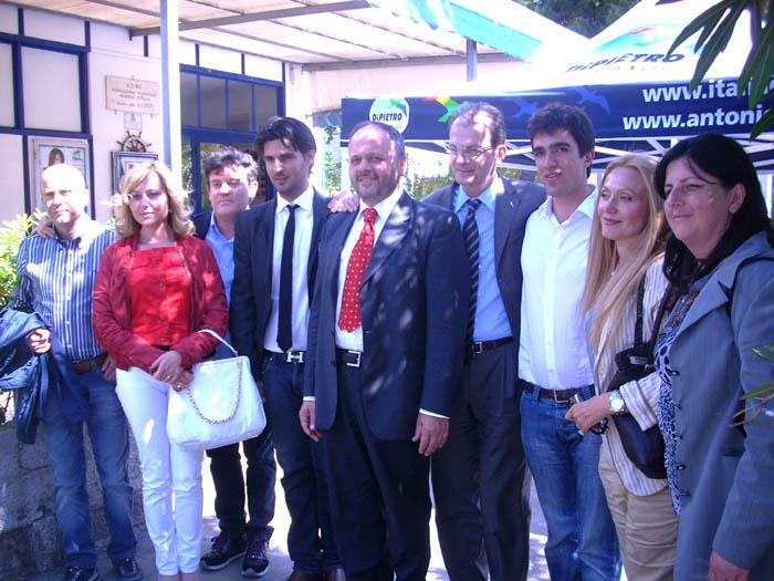 Donadi e Gaspari con la squadra dell'Idv