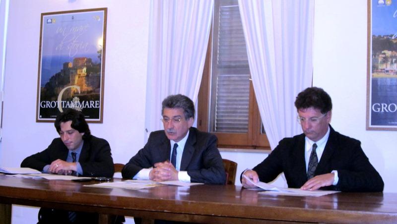 Da sinistra: assessore alla Cultura Enrico Piergallini, sindaco Luigi Merli, consigliere della Fondazione Carisap Maurizio Frascarelli