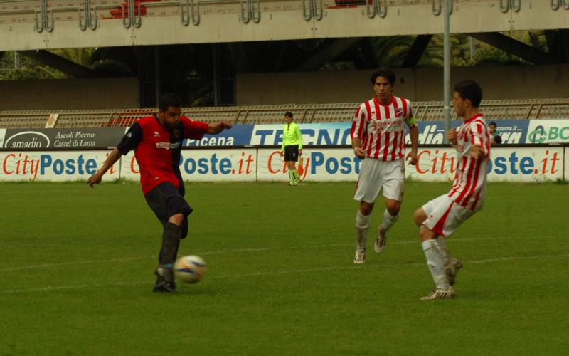 Di Vicino realizza il gol dell'1-0 al Teramo: che sia di buon auspicio per domenica prossima, ma non nel risultato finale (ph. Troiani)