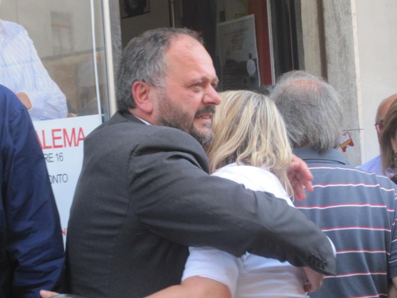 Gaspari abbraccia una commossa Emanuela Mazzocchi, 16 maggio 2011