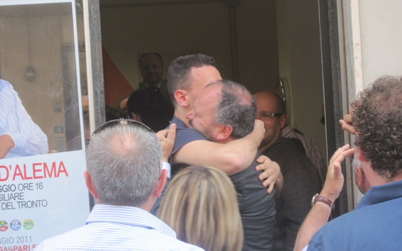 Giovanni Gaspari abbraccia commosso il figlio