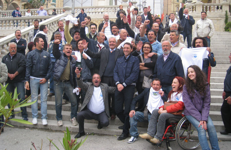 Leandro Pollastrelli festeggia la vittoria sulla scalinata di Colonnella