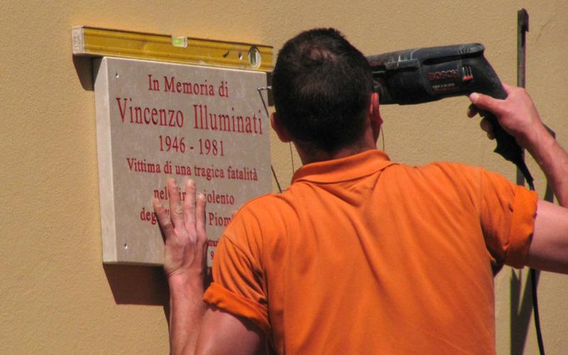 Targa a Vincenzo Illuminati in via Ugo Bassi, dove il giovane fu ucciso nel 1981