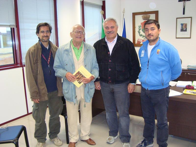 Alexander Makhov con il sindaco di Cupra Domenico D'Annibali, l'assessore alla cultura Luciano Bruni ed Andrea Mora della cooperativa Idrea
