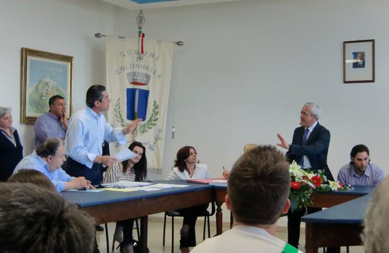 Augusto Di Stanislao e il sindaco Leandro Pollastrelli durante il consiglio comunale di domenica 29 maggio