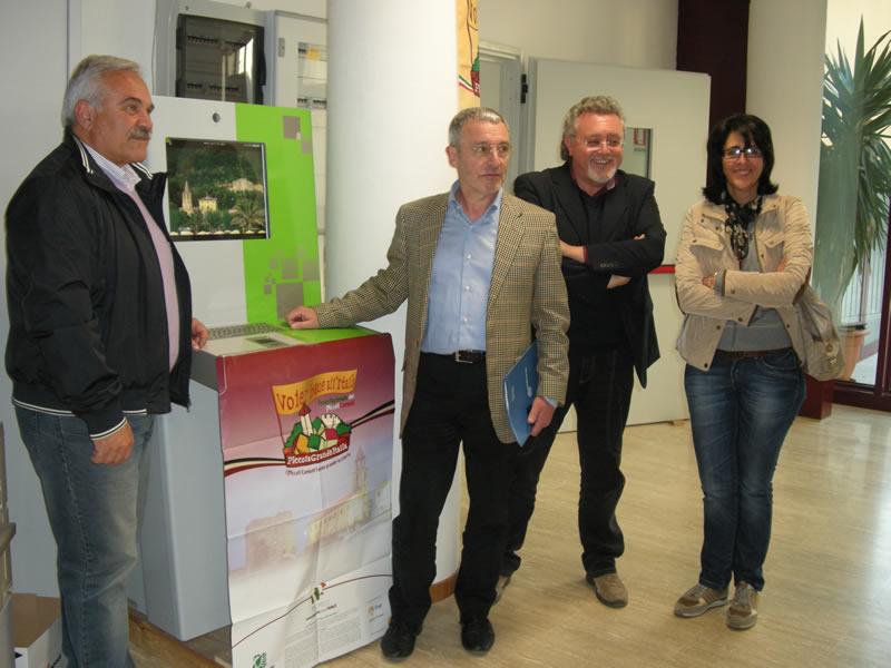 Cupra, presentato il nuovo Multimediale Interattivo Comunale. Da sinistra, il sindaco Domenico D'Annibali, l'ingegnere Oriente Buttafoco, Marco Malaigia e Carla Vicerè