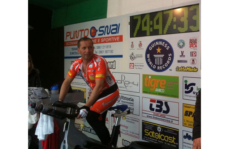 Patrizio Sciroli nella sua pedalata verso il Guinness World record (foto www.patriziosciroli.wordpress.com)