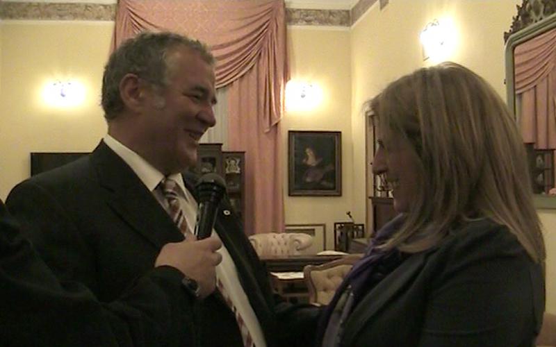 L'ex sindaco del Comune di Steyr, David Forstenlechner con Anna Colasacco dell'Assamblea Cittadina dell'Aquila durante la consegna della donazione della cittadina austriaca