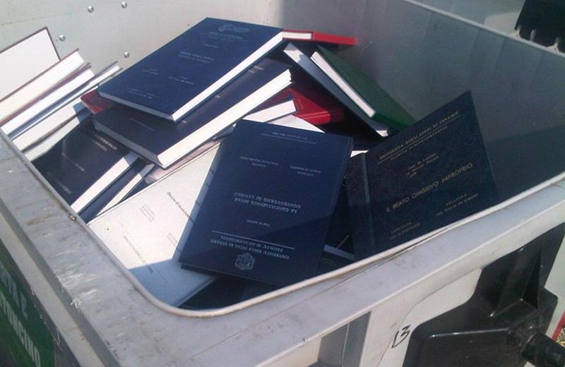 Le tesi gettate nei cassonetti all'Università di Teramo
