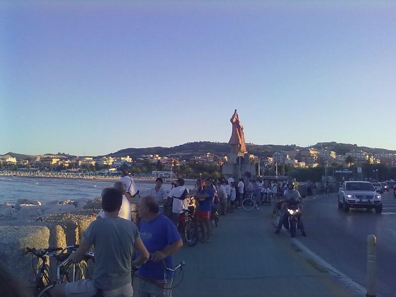 Domenica 27 giugno, folla di curiosi sul molo sud durante le ricerche della donna scomparsa in mare