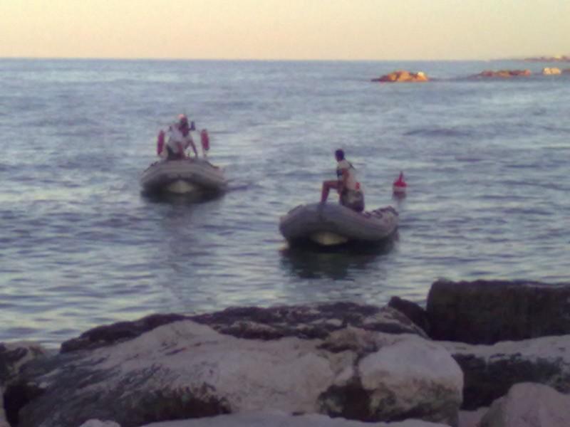 le ricerche della donna scomparsa in mare: i gommoni della Guardia Costiera
