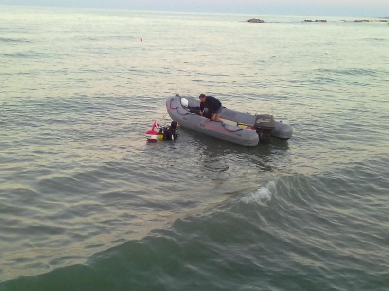 le ricerche della donna scomparsa in mare: il gommone della Guardia Costiera