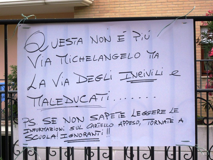Cartello di protesta dei residenti per chi non ha ancora aderito alla raccolta porta a porta spinta
