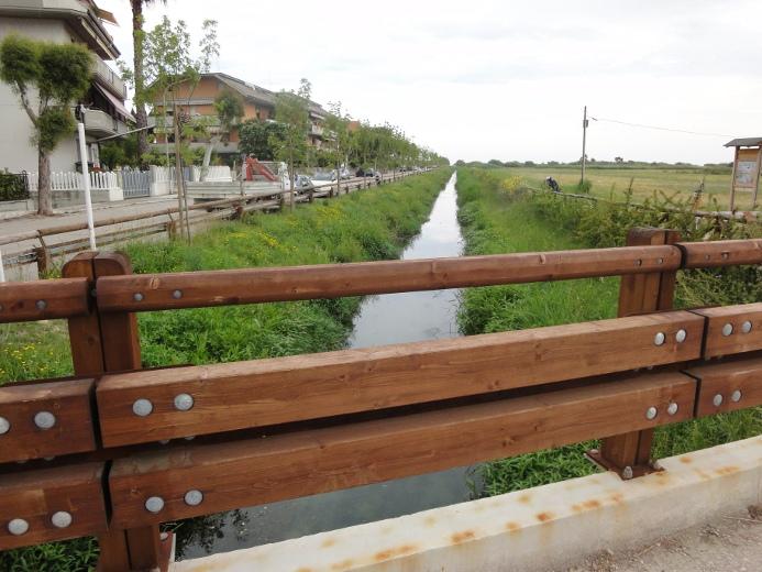 Il fosso collettore adiacente al torrente inquinato