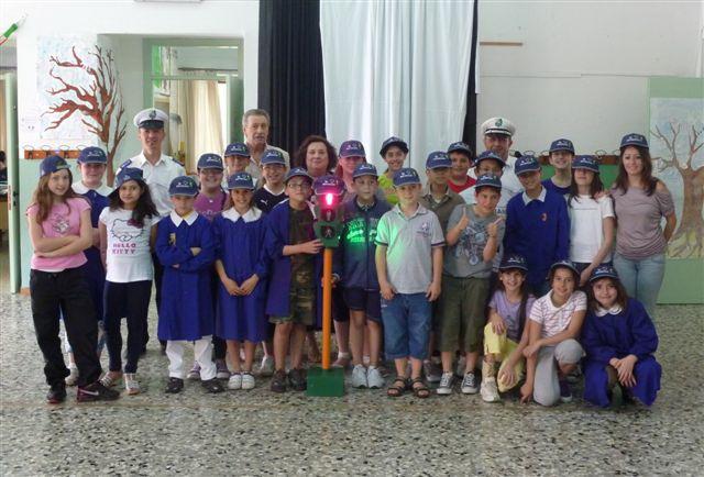 Gli alunni delle quinte classi elementari durante il corso di educazione civica e stradale