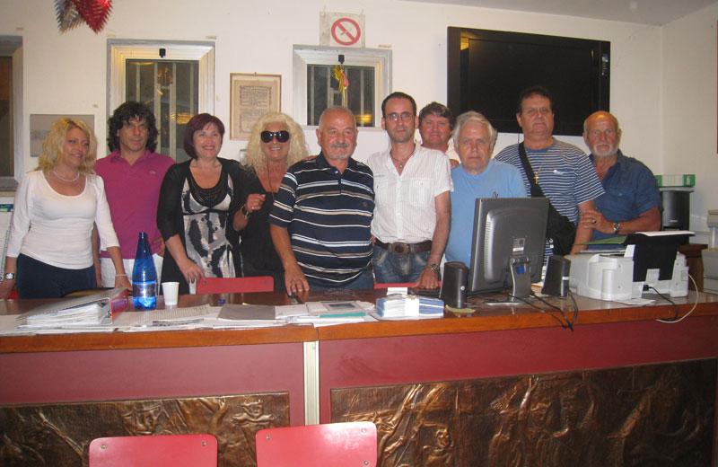 Franco Consorti e Massimo Clementoni insieme al direttivo della Pro Loco