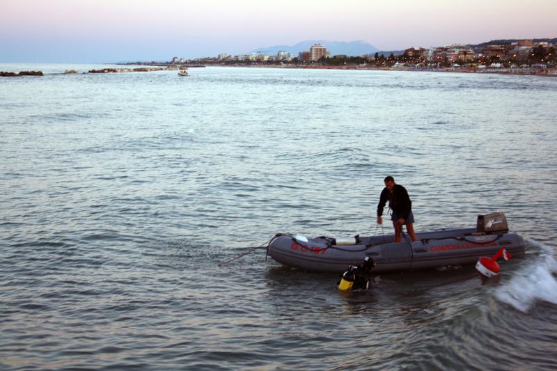 Sommozzatori alla ricerca del corpo di Antonella Ferri, poi rinvenuto a riva nelle prime ore di martedì