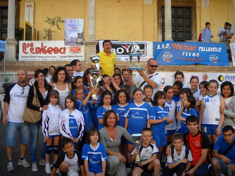 Il gruppo del minivolley della Gagliarda, festante dopo la vittoria del GiocaVolley 2010-2011