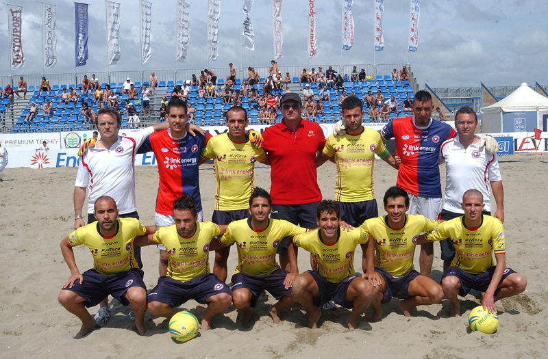 La Samb Beach Soccer e il suo staff nella trionfale tappa di Viareggio (foto Troiani)