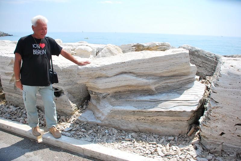 Scultura Viva 2011: lo scultore Franco Daga di fronte alla sua opera