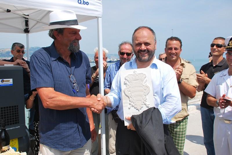 Scultura Viva 2011: l'artista croato Miho Banac-Mijač consegna al sindaco Gaspari una targa simbolica della città di Dubrovnik
