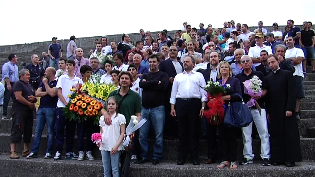 Rogo Ballarin, tutti i partecipanti all'iniziativa di deporre un fiore in ricordo delle vittime Carla e Maria Teresa