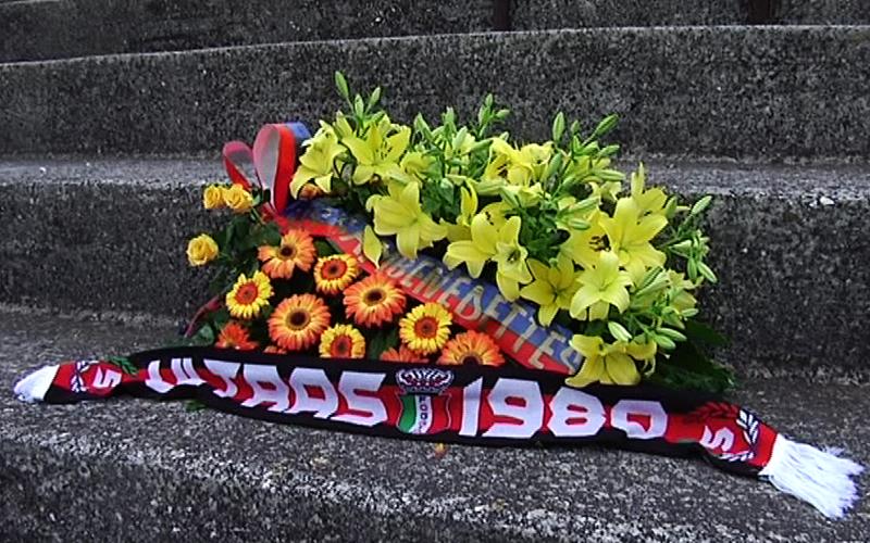 Un cuscino di fiori e, vicino, la sciarpa dei Ultras del Foggia deposto nella curva sud del Ballarin in ricordo delle vittime del Rogo 1981