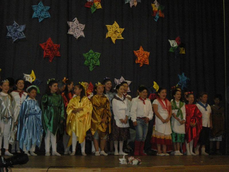 La Quinta B, la Classe Ecologica delle Elementari ed altri alunni durante la recita di fine anno